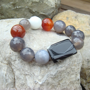 Bracelet agate blanche, grise, noire et cornaline