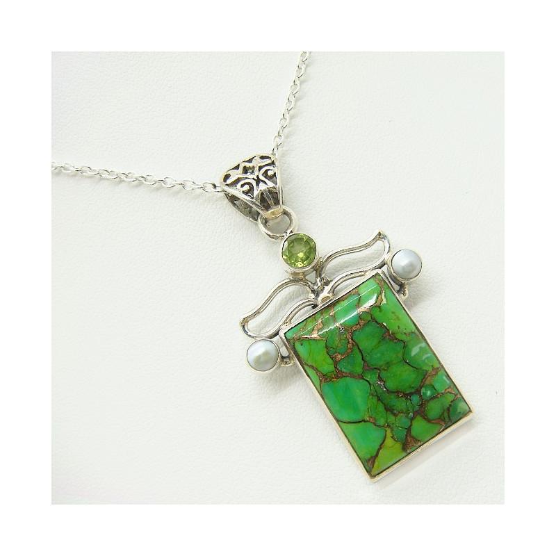 Pendentif turquoise Mohave, péridot taillé et perles biwa sur chaîne argent.