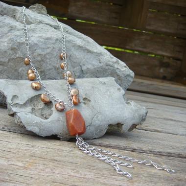 Collier en perles d'eau douce et pendentif en cornaline.