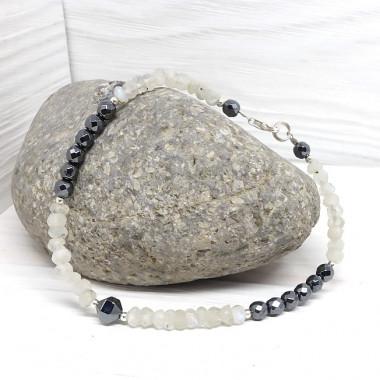 La pierre de lune est associée à stabilité et apaisement des émotions.